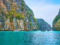 The boat trip along amazing Pileh Bay, hidden among the limestone rocks of Phi Phi Leh Island, Krabi, Thailand. Фото efesenko - Depositphotos