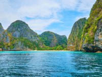 Watch the Maya Bay from the sea, Phi Phi Leh Island, Krabi, Thailand. Фото efesenko - Depositphotos