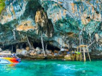 The pleasure boat at the Viking Cave, Phi Phi Leh Island, Krabi, Tailand. Фото efesenko - Depositphotos