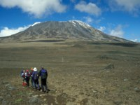 Group of walkers heading for the snow capped Mount Kilimanjaro, Tanzania, Africa. Фото richardsjeremy - Depositphotos