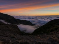Танзания. Восхождение на гору Килиманджаро. The setting sun viewed from Barranco Camp on Kilimanjaro Machame Route. Фото mountaintreks - Depositphotos