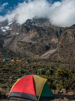 Танзания. Восхождение на гору Килиманджаро. Tents camped in the shadow of Kilimanjaro on the Machame route. Фото mountaintreks - Depositphotos
