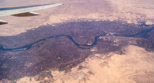 Клуб путешествий Павла Аксенова. Африка. Река Нил. Nile River Valley under the wing of an airplane. Фото qkey.list.ru - Depositphotos