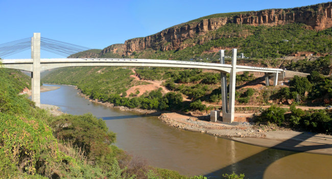 Клуб путешествий Павла Аксенова. Эфиопия. Река Нил. Bridge in the mountains across the river Nile. Africa, Ethiopia. Фото Svetlana485 - Depositphotos