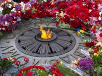 Украина. Киев. Парк Вечной Славы. Flowers on Monument with Eternal fire to the unknown soldier. Kiev, Ukraine. Фото DmyTo - Depositphotos