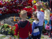 Украина. Киев. Парк Вечной Славы. Children at the eternal flame at the memorial of fallen soldiers of the Second World War. Kiev. Ukraine. Фото DmyTo-Deposit