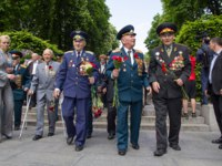 Украина. Киев. Veterans of World War II lay flowers in the park of eternal glory in an anniversary of the victory. Kiev. Ukraina. Фото DmyTo - Depositphotos