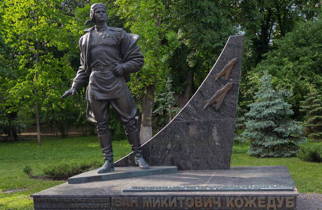 Украина. Киев. Памятник Ивану Кожедубу. Monument to the famous airman Assu Ivan Kozhedub was installed in Kiev on the Alley of Glory. Фото DmyTo-Dep
