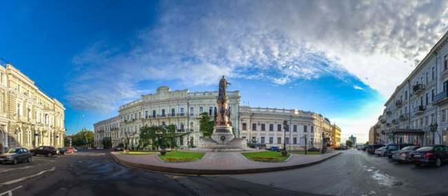 Украина. Памятник основателям Одессы. Catherine Square and Monument to empress Catherine the Great in a summer morning. Фото zarevv - Depositphotos