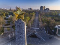 Украина. Одесса. Парк Победы. Golden star on top of the Wings of Victory in Victory Square, Odessa Ukraine. Фото Jasonrow - Depositphotos