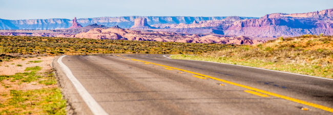 США. Долина монументов. Descending into Monument Valley at Utah Arizona border. Фото digidream - Depositphotos