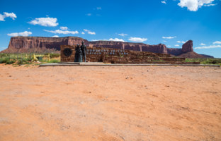 США. Долина монументов. Entrance of the Monument Valley, Utah, USA. Фото bukki88 - Depositphotos