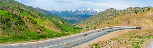 The winding mountain highway rises on the Kamchik Pass, Uzbekistan. Фото efesenko - Depositphotos
