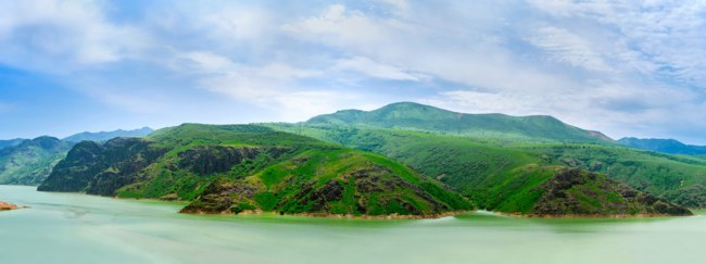 Panorama of the slopes of Qurama mountains  and the Achangaran reservoir on the foreground, Uzbekistan. Фото efesenko - Depositphotos