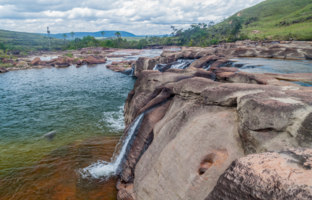 Salto Yuruani waterfall at Yuruani river in Gran Sabana region in National Park Canaima, Venezuela. Фото mathes - Depositphotos