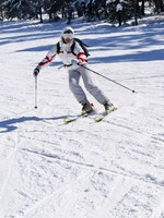 Горные лыжи. Beautiful skier skiing on the slope. Фото denovyi Depositphotos
