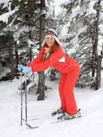 Горные лыжи. Portrait of merry young woman of skier. Фото Lilu2005 Depositphotos