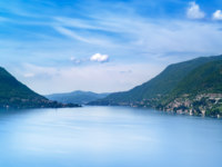Италия. Озеро Комо. Como Lake landscape. Cernobbio village, trees, water and mountains. Italy. Фото StevanZZ Depositphotos