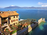 Италия. Озеро Гарда. View on Sirmione and Lake Garda. Фото Rostislav Glinsky Depositphotos
