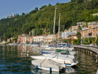 Италия. Озеро Гарда. Yachts in small town on Garda Lake, Toscolano. Фото vitalytitov Depositphotos