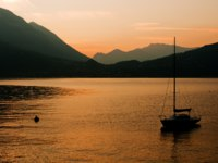 Италия. Озеро Комо. Italy, Lake of Como, Bellano, Landscape with sailboat. Фото  BigDreamStudio Depositphotos