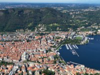 Италия. Озеро Комо. The small town of Como in Italy, Lombardia, from above. Фото haraldmuc - Depositphotos
