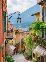 Италия. Озеро Комо. Белладжио. Picturesque small town street view in Lake Como Italy. Фото anskuw Depositphotos