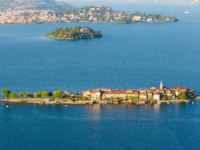 Италия. Озеро Маджоре. Рыбачий остров. Lake Maggiore Island Fishermen and Island Madre, Stresa Italy. Фото elitravo - Depositphotos
