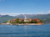 Италия. Озеро Маджоре. Рыбачий остров. Landscape of lake Maggiore with Fishermen Island, Stresa italy. Фото elitravo - Depositphotos