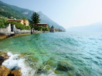 Италия. Озеро Гарда. Гарньяно. Gargnano town on Garda lake in Italy. Фото maximkabb - Depositphotos