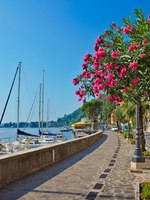 Италия. Озеро Гарда. Alley by the lake with yachts, Garda lake, Italy. Фото vitalytitov Depositphotos
