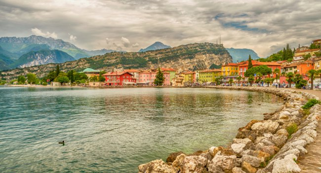 Италия. Озеро Гарда. Village of Torbole, Lake Garda, Italy. Фото marcorubino - Depositphotos