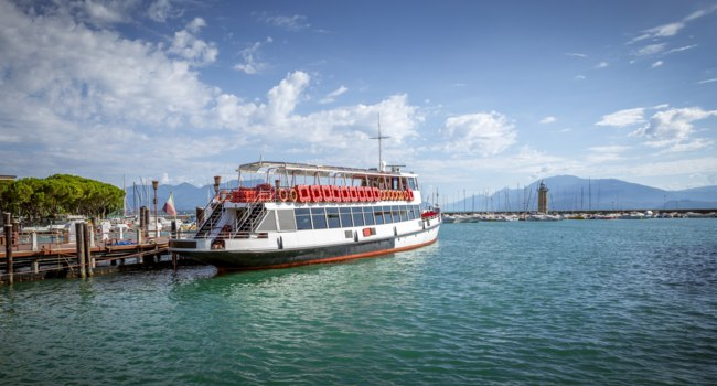 Италия. Озеро Гарда. Ferry boat on Garda Lake in Italy. Фото mikolajn - Depositphotos