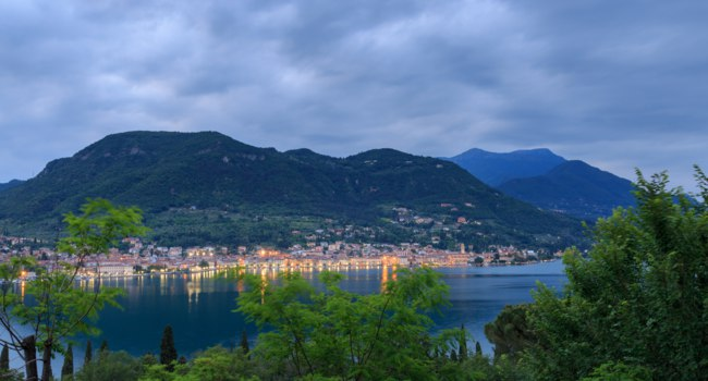 Италия. Озеро Гарда. The Italian city of Salo at the western shore of Lake Garda at dusk. Фото meseberg@web.de - Depositphotos