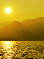 Италия. Озеро Гарда. Sunset over water, Lake of Garda. Фото freeteo - Depositphotos