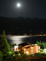 Италия. Озеро Гарда. Garda lake at night. Фото maigi.com - Depositphotos