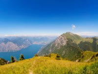 Италия. Озеро Гарда.Peaks of the Italian Alps above Lake Garda. Фото Daniel Handl - Depositphotos
