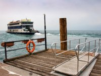 Италия. Озеро Гарда. Ferryboat leaving the harbor. Фото maigi.com - Depositphotos
