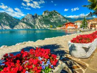 Италия. Озеро Гарда. High mountains and walkway on the shore,Lake Garda,Italy,Europe. Фото janoka82 - Depositphotos