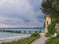 Италия. Озеро Гарда. Pier on the Lake Garda. Фото maigi.com - Depositphotos