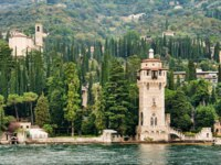 Италия. Озеро Гарда. Gardone lighthouse. Фото maigi.com - Depositphotos
