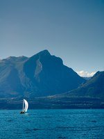 Италия. Озеро Гарда. Sailboat at Lake Garda with mountains on the back. Фото Joao Almeida - Depositphotos