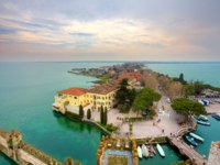 Италия. Озеро Гарда. Сирмионе. View on Sirmione and Lake Garda fro the castle. Фото rglinsky - Depositphotos