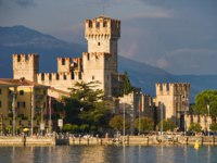 Италия. Озеро Гарда. Сирмионе. Scaliger Castle (13th century) in Sirmione by lake Garda, Italy. Фото maigi.com - Depositphotos