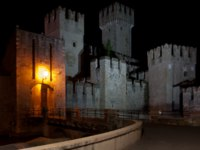 Италия. Озеро Гарда. Сирмионе. The Scaliger Castle, Sirmione, Italy, at night. Фото  maigi.com - Depositphotos
