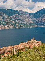 Италия. Озеро Гарда. Сирмионе. Panorama of Sirmione village and Lake Garda, Italy. Фото  javarman - Depositphotos