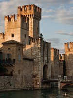 Италия. Озеро Гарда. Сирмионе. The Scaliger Castle in Sirmione by the Lake Garda, Italy. Фото maigi.com - Depositphotos