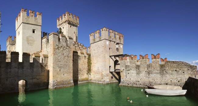 Италия. Озеро Гарда. Ancient fortification in Sirmione. Фото rglinsky - Depositphotos