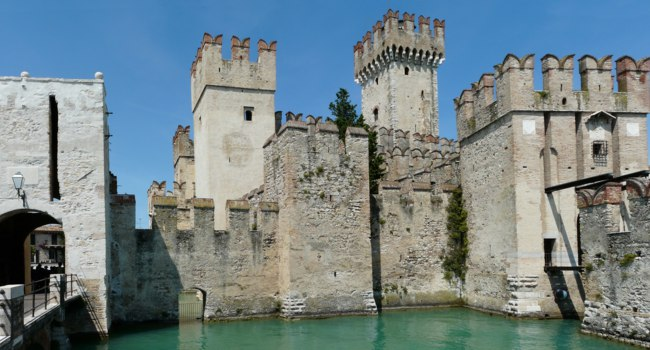 Италия. Озеро Гарда. Castello Scaligero, built inside Lake Garda, Italy. Фото pljvv1 - Depositphotos