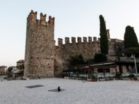 Италия. Озеро Гарда. Сирмионе.Medieval Castle on the Rocky Beach of Lake Garda in Sirmione. Фото anshar - Depositphotos